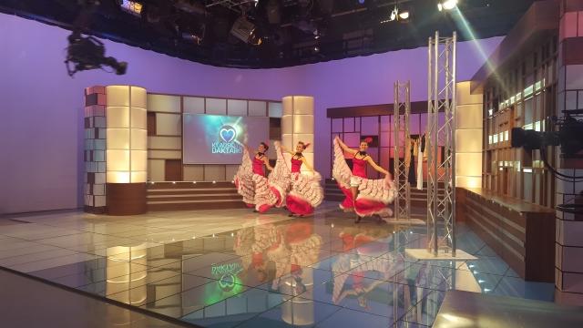 """""""Dolce Vita"""" šokių-šou grupė su can-can pasirodymu svečiuose pas profesorių A. Unikauską, laidoje """"Klauskite daktaro"""""""