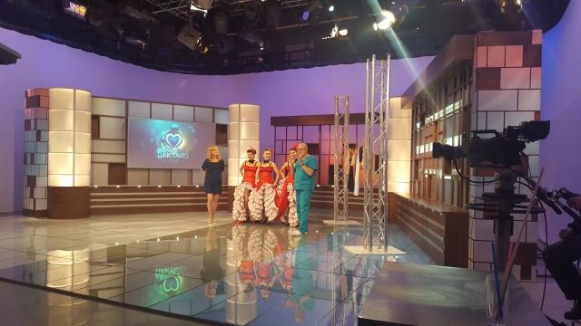 """""""Dolce Vita"""" šokių-šou grupė su can-can pasirodymu svečiuose pas profesorių A. Unikauską, laidoje """"Klauskite daktaro"""" 2"""
