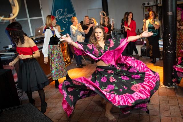 """""""Dolce Vita"""" šokių šou programa: čigoniškas šokis teminiame įmonės vakarėlyje"""